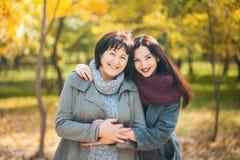 母亲和姐妹在公园 图库摄影
