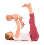 母亲和婴孩体操,瑜伽执行 免版税库存图片