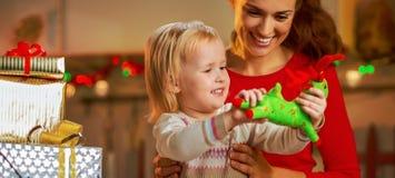 母亲和婴孩开头圣诞节礼物 免版税库存图片