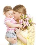 母亲和婴孩给花花束礼物,妈妈容忍女儿 库存照片