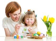 母亲和子项绘复活节彩蛋 免版税库存照片