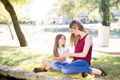 母亲和子项 免版税库存图片