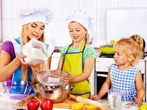 母亲和孙烘烤曲奇饼。 库存图片