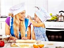 母亲和孙烘烤曲奇饼。 免版税图库摄影