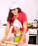 母亲和孙烘烤曲奇饼。 图库摄影