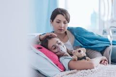 母亲和孩子与囊性纤维化 库存图片