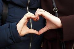 母亲和孩子做了心脏用手 免版税库存图片