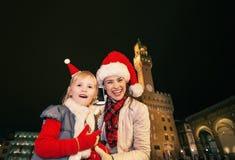 母亲和孩子圣诞节帽子的在佛罗伦萨使用机动性 库存照片