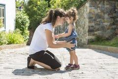 母亲和孩子在一起城市 免版税图库摄影