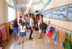 母亲和孩子在学校 免版税库存图片