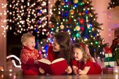 母亲和孩子在家自圣诞前夕 免版税库存图片