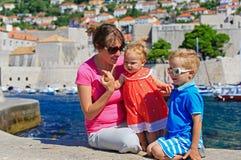 母亲和孩子在度假在欧洲,克罗地亚 免版税图库摄影