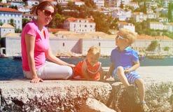 母亲和孩子在度假在欧洲,克罗地亚 免版税库存图片