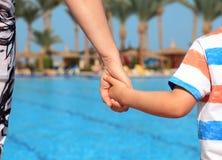 母亲和孩子在度假 免版税库存照片