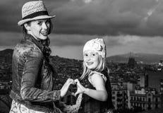 母亲和孩子在显示心形的手的巴塞罗那 免版税库存图片