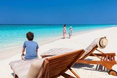 母亲和孩子在热带海滩 库存图片
