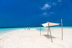 母亲和孩子在热带海滩 免版税库存图片