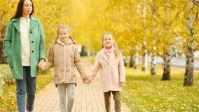 母亲和孩子家庭在秋天 年轻母亲和小女孩享受温暖的秋天 股票录像
