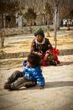 母亲和孩子拉萨,西藏的画象 库存图片