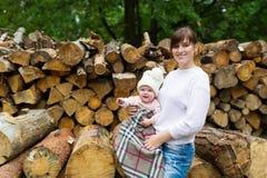 母亲和孩子有休息在秋天木头 库存图片