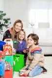 母亲和孩子有圣诞节礼物的 免版税图库摄影