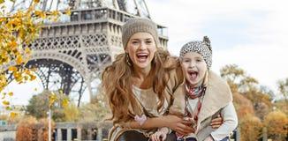 母亲和孩子有在堤防的乐趣时间在巴黎 免版税库存图片