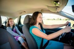 母亲和孩子汽车的 免版税图库摄影