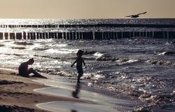 母亲和孩子海滩的在波罗的海在Sarbinovo附近在波兰 图库摄影