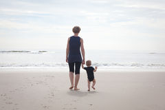 母亲和孩子海滩的 免版税图库摄影