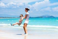 母亲和孩子热带海滩的 海假期 库存图片