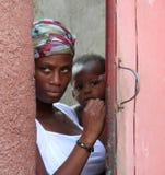 母亲和孩子盖帽的Haitien,海地 图库摄影