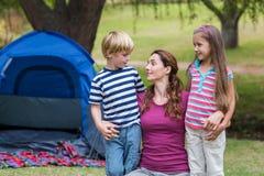 母亲和孩子获得乐趣在公园 免版税库存照片