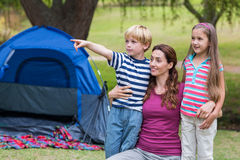 母亲和孩子获得乐趣在公园 库存照片