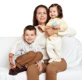 母亲和孩子,在白色背景的家庭画象 库存照片