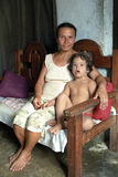 母亲和孩子画象有唐氏综合症的 免版税库存图片