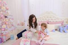 年轻母亲和小女儿为新年holi做准备 免版税库存照片