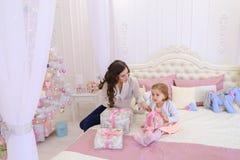 年轻母亲和小女儿为新年holi做准备 免版税库存图片