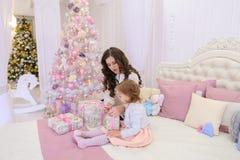 年轻母亲和小女儿为新年holi做准备 免版税图库摄影