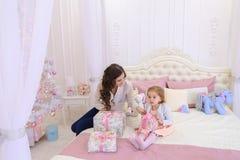 年轻母亲和小女儿为新年holi做准备 库存照片