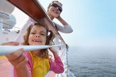 母亲和小女儿在船上突出船 免版税库存照片