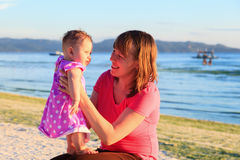 母亲和小女儿热带海滩的 库存照片