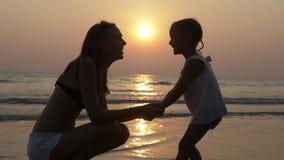 母亲和小女儿的富感情的感觉剪影的在日落 股票录像