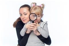 母亲和小女儿看 免版税库存照片