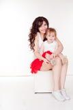 母亲和小女儿红色裙子的 库存图片