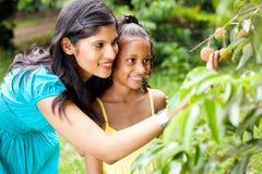 母亲和小女儿 免版税库存照片