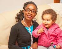 母亲和小女儿 库存图片