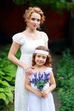 母亲和小女儿 免版税图库摄影