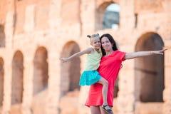 年轻母亲和小女孩探索的大剧场外面在罗马,意大利 家庭画象在著名地方在欧洲 库存照片