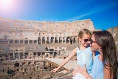 年轻母亲和小女孩探索的大剧场里面在罗马,意大利 家庭画象在著名地方在欧洲 免版税库存图片