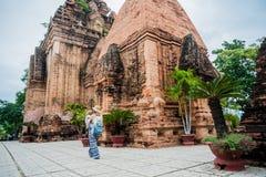 母亲和小孩儿子游人在越南 Po Nagar可汗Tovers 亚洲旅行概念 免版税库存图片